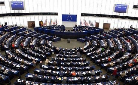 """Евродепутатите слагат таван на цените на обажданията в ЕС. ‒ Телефонните разговори в рамките на ЕС с таван от 19 цента на минута, 6 цента за текстовите съобщения (SMS). ‒ Подходящ радиочестотен спектър за 5G до 2020 г. ‒ Задължителна съобщителната система за извънредни ситуации (""""обратна връзка от номер 112""""). Следвай ме - Общество"""