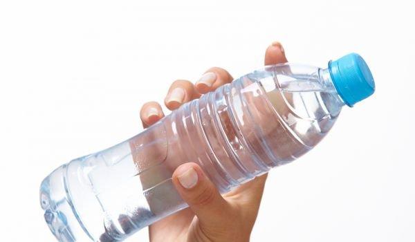 Водите с минерализация над 100 mg/l, каквито са повечето бутилирани води у нас, удрят бъбреците и недоразвитата отделителна система на бебетата, предупредиха педиатри и препоръчаха родителите да четат етикетите преди покупката. Следвай ме - Здраве