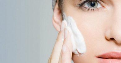 7 важни правила при грижата за мазна кожа. Мазната кожа се смята за най-проблемната, а грижата за нея – най-сложната. За да изглежда тя здрава, без особени странични средства е необходимо да се спазват няколко базови правила. Следвай ме - Стил