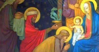 Традицията хората да си правят подаръци на Коледа и Нова година се налага от евангелското събитие Рождество Христово. За новородения Христос мъдреците от Изток, наречени влъхви, донесли в дар злато, ливан и смирна. Следвай ме - Вяра