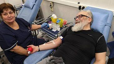 Актьори и мотористи дариха кръв безвъзмездно във ВМА . Сред тях беше и актьорът Владимир Пенев, Следвай ме - Здраве
