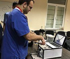 """Младите хирурзи в """"Пирогов"""" първо минават обучение на тренажор преди да влязат в операционната при истински пациент, съобщиха от спешната болница. Следвай ме - Здраве"""