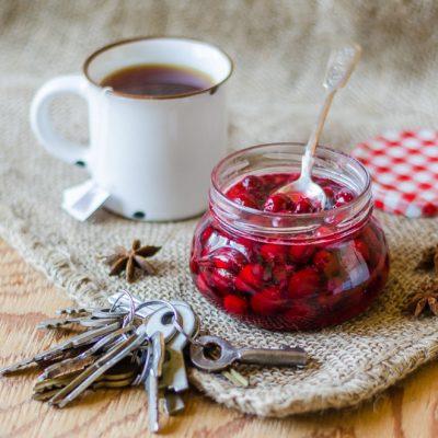 Малиново сладко с чай е универсалният народен лек при настинки в Русия от стари времена. Горещата напитка причинява изпотяване, което трябва да се претърпи на топло под одеалото. Следвай ме - Здраве