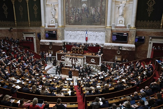 """Заменят """"майка"""" и баща"""" с """"родител1"""" и """"родител 2"""", френският парламент го гласува. Следвай ме - Общество"""