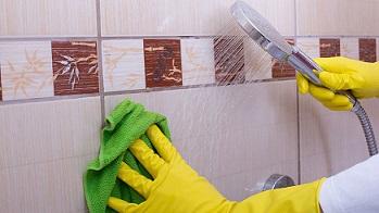 Трикове за чистете на плочки без химикали Чистенето на плочки в банята или кухнята не е от най-приятните занимания за която и да е домакиня. Освен, че е досадно и уморително занимания, то изисква употребата на химически препарати, към които някои хора имат алергия, а други не са техни привърженици. Следвай ме - У дома