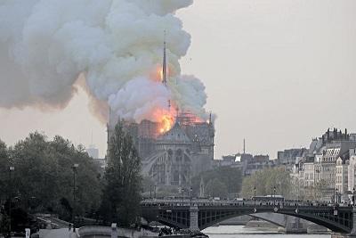 Падна кулата на Нотр Дам, пожарът продължава Кулата на горящата катедрала Нотр Дам се срути, предава кореспондент на РИА Новости. Френският ТВ канал BFM съобщи, че носещата конструкция на катедралата е обхваната от плмъци. Следвай ме - Общество