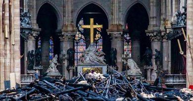 Светините от Нотр Дам са спасени от пожара. Става въпрос за реликви с изключителна стойност за вярващите християни, съобщиха световните агенции. Следвай ме - Общество