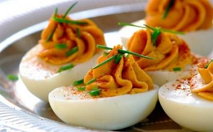Фаршировани яйца след Великден Вероятно в хладилника все още имате великденски яйца, на които и вие, и домашните ви сте се наситили. Не бързайте да ги изхвърляте. От тях могат да бъдат направени вкусни предястия, Следвай ме - Гурме