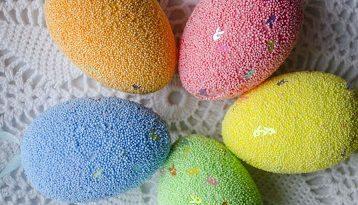 Нетрадиционни великденски украси за яйца Освен традиционните начини за боядисване на великденски яйца, съществуват и други, някои от тях много по-лесни, но оригинални и по нищо неотстъпващи по красота на обичайните оцветявания. Следвай ме - У дома