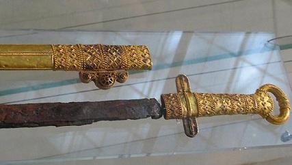 Показват меча и пръстена на хан Кубрат в София до 30 юни Те са част от съкровището от Малая Перешчепина, съхраняват се в Ермитажа. Следвай ме - Култура