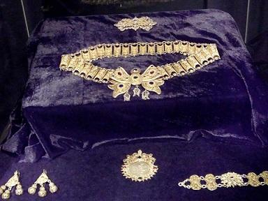 """Изложбата """"Старото злато – магия и символика"""" от колекция на Антонио Василев беше открита в Националния исторически музей (НИМ) в София. Сред официалните гости бяха Жозеп Бенц, президент на Кралския артистичен кръг в Барселона и Жоан Абело, директор на Музея на Пикасо в Барселона. """"Античната традиция златото да се приема като един символ на безсмъртието е нещо чисто, стойностно, което ни гарантира един стойностен живот и преминаване в другия свят, по-хубавия, както те са смятали – това е символът на златото,"""" заяви по време на откриването директорката на музея доц. Бони Петрунова и благодари на колекционера за предоставените експонати. Следвай ме - Култура"""