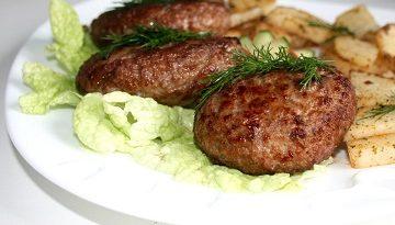 Лесните трудни пържени кюфтета – 2 рецепти Пържените кюфтета са едно от най-лесните ястия, с които дебютира в кухнята всяка млада домакиня. Но, дали дебютът е успешен? Следвай ме - Гурме