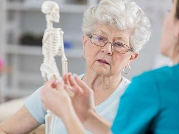 Близо половината жени в Европа над 70 г. са с остеопороза Изследване показва, че 75% от тях не са получили лечение Около 55% от жените в Европа на възраст над 70 г. са в риск от развитие на остепороза. Това сочат данни от проучване за първичната медицинска помощ, проведено в 8 държави: Белгия, Франция, Германия, Ирландия, Полша, Словакия, Швейцария и Великобритания. Следвай ме - Здраве