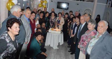 28 двойки отпразнуваха златна сватба в Тополовград, съобщиха от общината. Тези общи купони за отбелязване на 50 години семеен живот станаха традиционни. Празненството бе по покана на кмета Божин Божинов. Следвай ме - У дома