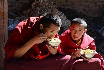 Тибетските монаси са известни със своето дълголетие и здраве. При тях рядко се срещат заболявания на дихателната система, алергии, бъбечни и каменно-жлъчни заболявания, както и онкологични образувания. Изследователите смятат, че това се дължи не само на чистата природна среда, в която живеят и естествената и питателна храна, но и на няколко средства, запазени от техните монаси, които се пактикуват и до днес. Следвай ме - Здраве