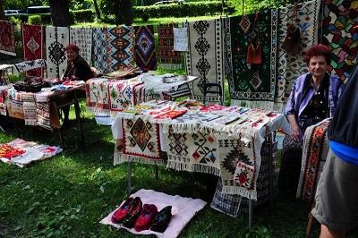"""Поредното издание на фестивала на етносите, багрите и котленските килими ще се състои в Котел в края на месеца, съобщиха от общината в град Котел. По традиция той ще бъде в парк """"Изворите"""" и ще бъде съпътстван, освен от занаяти, и от изложби, демонстрации на ритуали, кулинария, музика танци, както и от изложение на ръчно изработени котленски килими. Следвай ме - Изработка"""