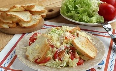 """Салата """"Цезар"""" с китайско зеле и пилешко Салатата """"Цезар"""" е класика в световната кулинария, но същевременно и основа за безброй вариации. Тя може да бъде направена и с китайско зеле, което е хрупкаво, с многобройни здравословни за организма съставки, и се продава и в България при това на достъпна цена. Следвай ме - Гурме"""