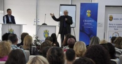 """Физикът Теодосий Теодосиев, популярен като Тео, ще представи в Бургас биографичния си филм """"Формулата на Тео"""", съобщиха от общината. Събитието ще бъде на 14 юни от 18.00 часа в Дома на нефтохимика. Режисьорът и сценарист на лентата е Николай Василев. Следвай ме - Общество"""