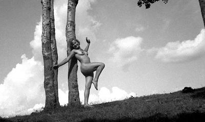 """Изложба актови фотографии от 20-те и 30-те години на ХХ век, озаглавена """"Голо тяло"""" на Георги Ст. Георгиев може да бъде видяна в галерия """"Синтезис"""" в София до 23 юни. Следвай ме - Култура"""