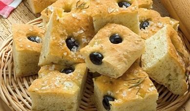 Фокача е традиционен италиански хляб с много зехтин и изобилие от подправки и билки, подходящ за всякакви ястия особено през лятото, когато кулинарите наблягат повече на безмесните и рибните ястия. Следвай ме - Гурме