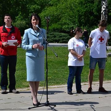 БЧК: 35 деца убити на пътя на една година Тридесет и пет деца са убити на пътя, загубихме ги през миналата година. Тази цифра прави учениците от една паралелка. Това съобщи д-р Надежда Тодоровска, зам.-генерален директор на Българския червен кръст (БЧК) в Деня на първата помощ, който се отбелязва на 14 септември по цял свят. Следвай ме - Общество