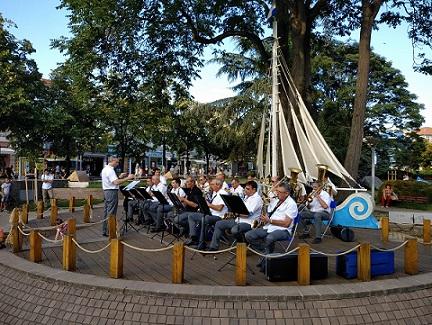 В навечерието на Деня на Съединението Духовият оркестър ще подари на жителите и гостите на Бургас празничен концерт, съобщиха от общината. Следвай ме - Култура/Общество