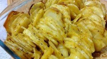 Картофи по арменски - неповторим вкус от кавказката кухня Автентичната кавказка кухня е известна с това, че дори най-обикновените продукти, съчетани така, както умеят да ги съчетават домакините в Кавказ и овкусени с подправки, не могат да оставят безразличен дори най-капризният гастроном. Следвай ме - Гурме