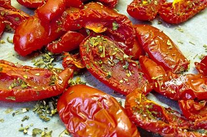 Сушените домати с отличен акцент към ястията. От няколко години те вече са възприемат добре и от българските гастрономи. Как обаче да си г приготвим вкъщи, за да не харчим излишни пари? Следвай ме - Гурме