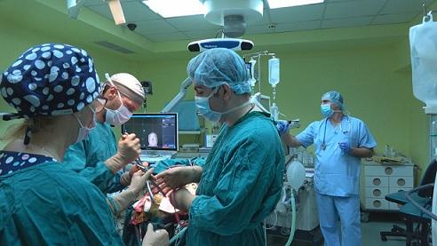 """Осем часа е продължила уникалната операция, която даде шанс за живот на 41-годишния Божидар с мозъчен тумор с тегло над 1 килограм. Това разказа днес екипът на Университетската болница за активно лечение (УМБАЛ) """"Св. Иван Рилски"""", който стои зад медицинското чудо. Следвай ме - Здраве"""