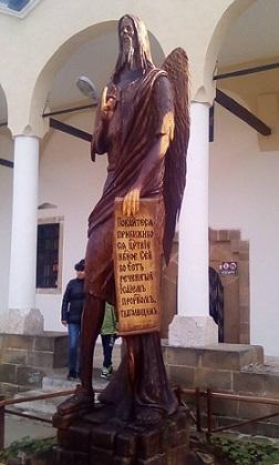 Изправят скулптори от дънери срещу климатичните промени Световна тенденция е да се превръщат повалени и изсъхнали дървета в част от градската среда Най-високата дървена статуя в Европа е в Лопушанския манастир. Следвай ме - Общество