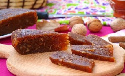 """Ябълково """"сирене"""" – Коледният десерт на литовците Какво е Коледната трапеза, ако от нея не ухае на канела, мед и ябълки? Тези основни продукти в сладкарството са залегнали в празничната кулинария на повечето европейскси народи. Литовците пък, дори си правят от тях ябълково """"сирене"""" за Рождество Христово. Следвай ме - Гурме"""