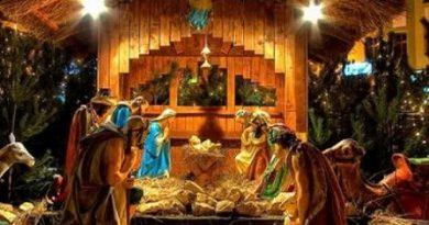 Традицията на Рождественската пещера e положена в ХIII век Полага я св. Франциск от Азиси с живи картини, за да онагледи Евангелието за негра;отните. Парче от яслата Иисусова е върната във Витлеем. Следвай ме - Вяра