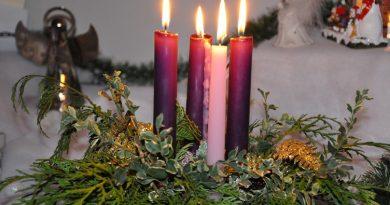 Коледният венец символизира раждането на Спасителя Изследователи смятат, че християните са го взаимствали от Римска традиция, преминала впоследствие и в древна Елада Следвай ме - Вяра
