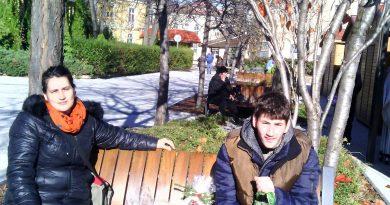 Младеж с увреждания дари спестяванията от си на болница С парите от касичката си 18-годишният Тихомир Ангелов откупи шаран на Никулден от благотворителния базар в подкрепа на АГ-отделението . Следвай ме - Вяра