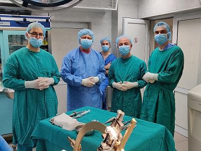 """Иновативният метод е въведен в Университетската болница за активно лечение """"Св. Марина"""" . Мултидисциплинарен екип от лекари извърши първата в болницата дълбока мозъчна стимулация на пациент с напреднал стадий на паркинсонова болест. Следвай ме - Здраве"""