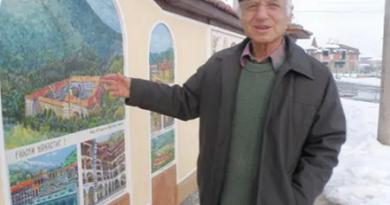 78-годишен архитект Славчо Черджанов от село Златитрапнарисува 21 манастира на дувара си
