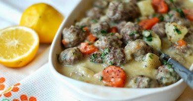 Тефтели (кюфтета) в яйчено-лимонов сос Тефтели – това е турско ястие, което в буквален превод означава залято с мляко и яйца. Това блюдо не се приготвя сложно, вкусно е и леко. В някои райони на Турция го наричат кисели кюфтета. Следвай ме - Гурме