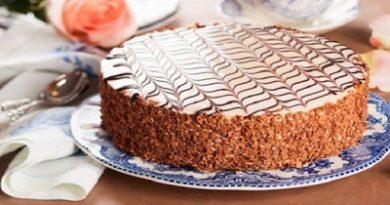"""Тортата """"Естерхази"""" е оригинален унгарски десерт, нарачен така в чест на аристокат, ценител на кулинарните шедьоври. Славата й отдавна е надхвърлила пределите на родината, сервират я най-изисканите ресторанти по света. Следвай ме - Гурме"""