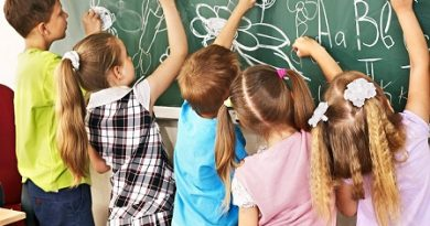 """Втора смяна до 18.30 ч. препоръчва Министерството на образованието и науката (МОН) на 337-те училища в страната с двусменен режим на обучение, пише """"Монитор"""". Предложението е с цел да се улеснят учениците и да се осигури тяхната безопасност, са коментирали експерти пред медиата във връзка с изказване на зам.-министъра на образованието и науката Таня Михайлова. Следвай ме - Общество"""