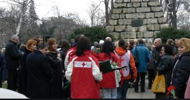 Панихидата на Докторския паметник за 3 март отменена заради Covid-19 Българският червен кръст отмени панихидата при Докторския паметник за загинаите медицински чинове, която се отслужва всяка година в навечерието на 3 март, съобщиха от централата на организацията. Червенокръстците поясниха, че решението е взето предвид препоръките на Националния кризисен щаб срещу разпространението на коронавируса . сЛЕДВАЙ МЕ - оБЩЕСТВО