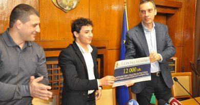 Кметът Димитър Николов отличи златното момче на българската борба Едмонд Назарян, който спечели златен медал в категория до 55 килограма на Европейското първенство в Рим. Това е първата сериозна изява на младия състезател на международна надпревара при мъжете, в която той се справи по безапелационен начин, побеждавайки обявения за номер едно в Европа и света Елданиз Азизли от Азербайджан. Следвай ме - Общество