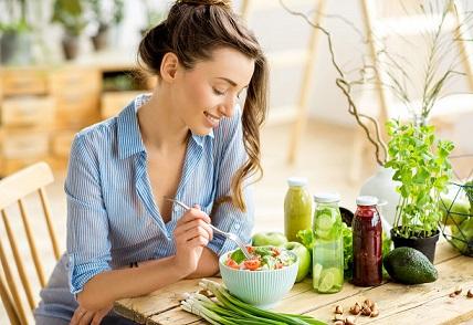 Глад повече от 12 часа забавя метаболизма, стопира мазнините Зелен чай или кафе на гладно усилват ефекта от разграждането им Мнозина се подлагат на драстични диети и продължителен глад, за да влязат във форма до пролетта. Ефектът на отслабването обаче, вместо да започне веднага, упорито не идва. Причината е, че когато се подлагате на глад за повече от дванадесет часа, метаболизмът ви всъщност намалява с до 40 на 100. Следвай ме - Здраве
