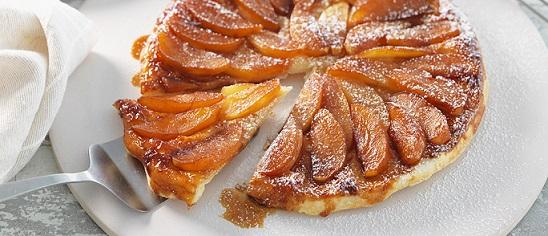 Тарт татeн в стил рустик Тарт татeн е изискан френски сладкиш, традиционно с ябълки, но го правят и с круши, праскови, кайсии и ананас. Някои експериментират и с ягоди. Рецептата му датира от 1898 година. Следвай ме - Гурме