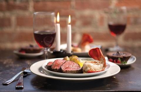 Сервирането на алкохол е черешката на изисканата трапеза Обилната и вкусна храна на трапезата за гости, обикновено, домакините севират с алкохол за аперитив, за основното хранене и за десерта. Дали обаче той се поднася правилно с ястията? Следвай ме - Гурме / Стил