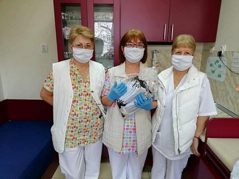 """Доброволци купиха 3 респиратора с дарителски средства Осигуряват прозрачни шлемове за реаниматорите в """"Пирогов"""". Следвай ме - Общество"""