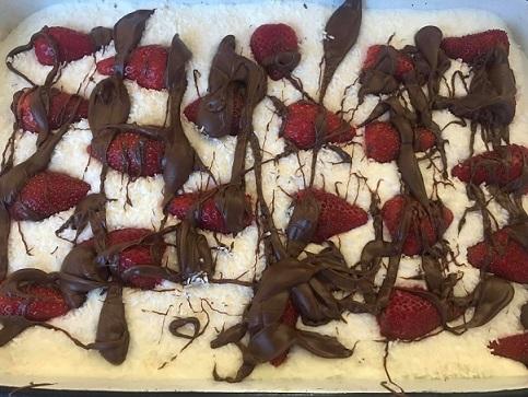 Ягоди, сметана, шоколад – три продукта, които правят всяка вечеря романтична. Комбинирани в сладкиш, те са идеални за шампанско, газирани и бели вина, както и за следобедно кафе с приятелки. Следвай ме - Гурме