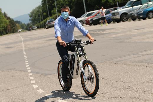 Гражданите и гостите на Софияве вече могат да се възползват от пилотната услуга за споделено използване на велосипеди в града, съобщиха от Столичната община. Следвай ме - Общество