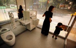 прозрачни стени на обществена тоалетна в Токиио, Следваай ме - Общество