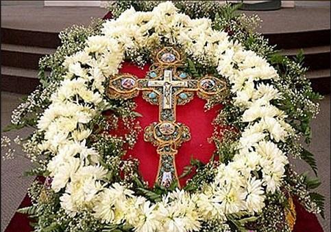 """Въздвижение на честния кръст Господен – Кръстовден се чества на 14 септември, датата на празника не се променя. В този ден и Православната, и Католическата Църква отбелязват събитие, случило се през 326 година. Тогава императрица Елена с разрешението на своя син император Константин, при специално пътуване в Йерусалим открива кръста, на който е бил разпънат Иисус Христос. По време на Светата Литургия в православните храмове се пее припевът: """"Кресту Твоему прикланяемся, Владико ….."""" (църкв.слав.). Според църковните изисквания към вярващите, Православната църква забранява в този ден консумацията на месо, яйца, мляко и млебни продукти. Храната е дори без олио. В Католическата църква този еднодневен пост е по-облекчен – яде се постна, растителна храна, но олиото е позволено. Според народната традиция в България от Кръстовден започва гроздоберът. Кръстът е мярката на любовта Сисанийски митрополит Павел (със съкращения) Бог е любов, ние, хората, сме създадени по Божий образ. Това означава, че самите ние следва да сме любов. Онзи, който твърди, че има любов, няма нищо, защото който има любов, не го казва, а я живее, преживява я, вижда я, тя е в живота му. Тази любов особено си личи, когато човек има трудности и изкушения, но не губи красотата на любовта … Христос ни е показал Своята любов чрез Кръста. Кръстът е мярката на Божията любов. Искаш ли да видиш колко Бог обича теб, и мен, и всички, погледни Кръста. Там ще видиш един Бог, Който навежда небесата, става Човек, влиза в човешкия живот, в нашия живот, ходи сред нас, благотвори и изцелява всички, открива ни Своята истина. Всичко това е израз на любовта. Следвай ме – Вяра."""