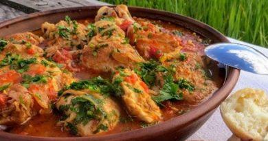 Задушено пиле (кокошка) с домати по унгарски Пилешкото и кокошето месо е широко застъпено в унгарската кухня. За разлика от българската, в която птичето не се смята за добра храна, поднасяна на гости, в Средна Европа то е блюдо, което присъства на празничната трапеза. Следвай ме - Гурме